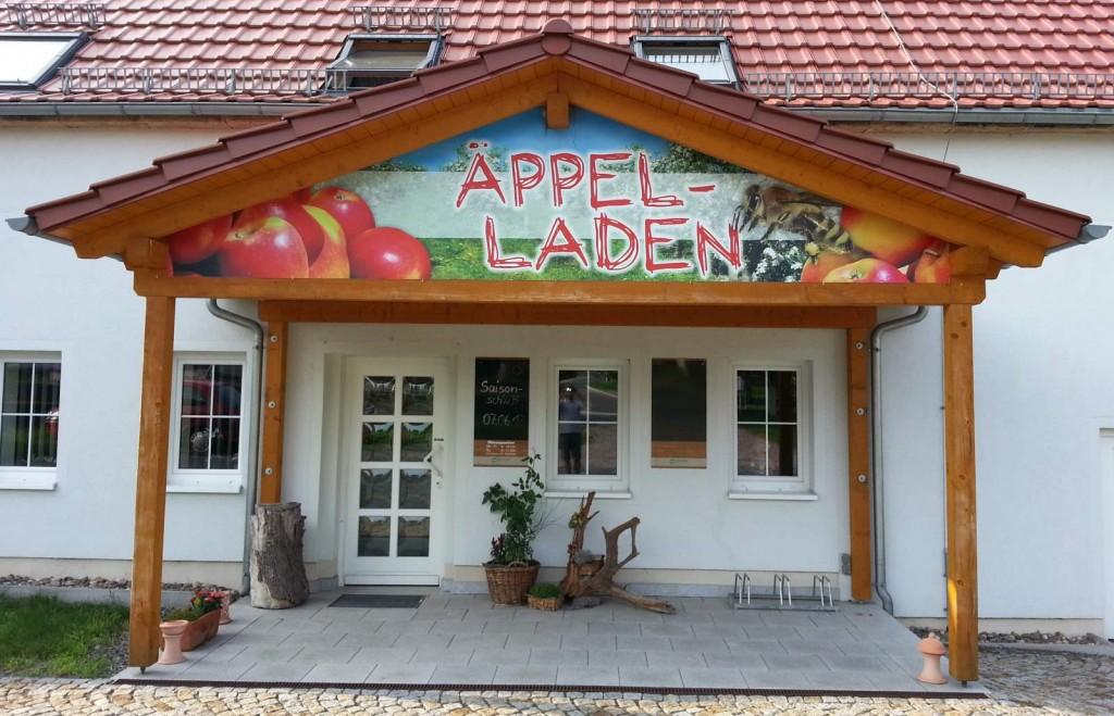 Äppelladen im Juli mit Saisonschlußschild